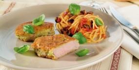 Schweine-Medaillons in Basilikum-Parmesan-Kruste mit Tomaten-Spaghetti