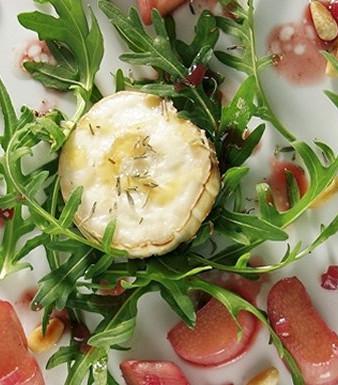 Rucola-Salat mit Rhabarber und gratiniertem Ziegenkäse