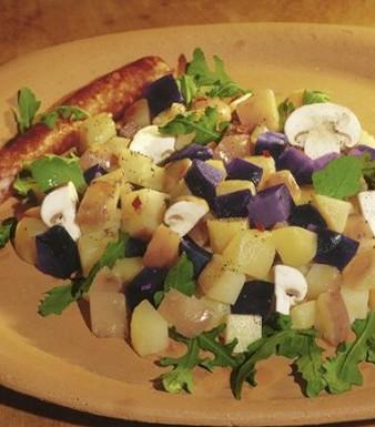 Blau-weiß-roter Kartoffelsalat mit Champignons und Rucola