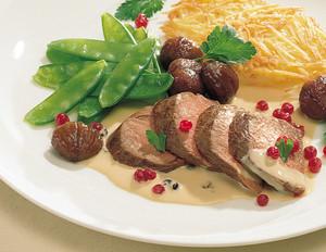 Rehrückenfilet in Wacholderrahm mit Kartoffelküchlein, glasierten Maronen und Preiselbeeren