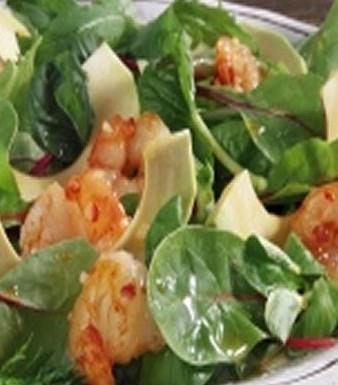 Gebratene Garnelen mit Avocado auf Bio-Mix-Salat