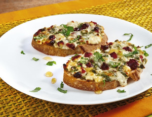 Schafskäse-Crostini mit Honig und Basilikum