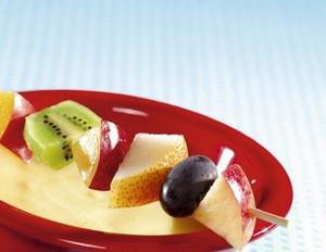 Süßes Fondue: Fruchtspieße mit Vanillesauce