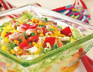 Tex-Mex-Salat mit Tacos und Salsa