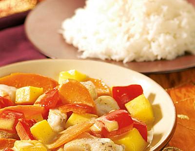 Scharfes Fischcurry mit Mango, Möhren und Kokosmilch