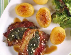 Saltimbocca mit kleinen Bratkartoffeln und Salat