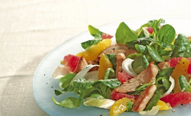 Fruchtiger Blattsalat mit würzigen Putenstreifen