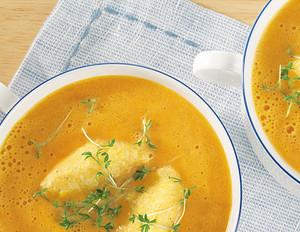 Möhren-Cremesuppe mit Polenta-Nockerln und Kresse
