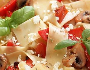 Griechische Nudeln mit Schafskäse, Tomaten und Paprika