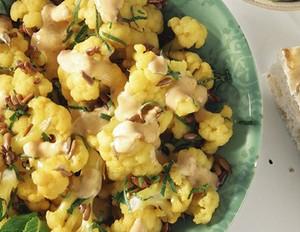 Blumenkohlsalat mit Curry und Sonnenblumenkernen