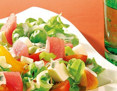 Frischer Sommersalat mit Frischkäse-Dressing