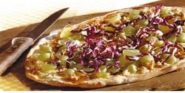 Belegtes Fladenbrot mit Trauben, Gorgonzola und Walnüssen