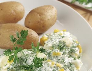 Grüne Sauce mit Pellkartoffeln und gekochten Eiern