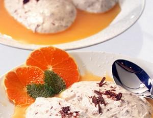 Stracciatella-Dessert mit Clementinensauce