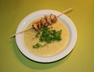 Kartoffel-Sellerie-Suppe mit Hähnchenspieß