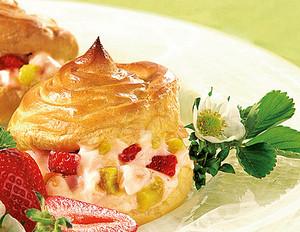 Erdbeer-Rhabarber-Windbeutel mit Vanillecreme