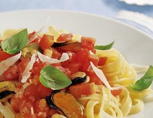 Muschel-Tomatennudeln mit Basilikum