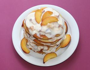Pancake-Tower mit Pfirsichen