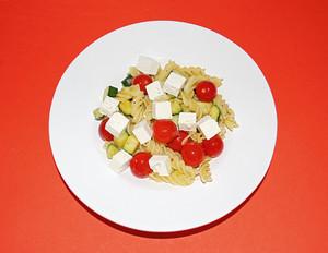 Zucchini-Tomaten-Nudeln mit Feta