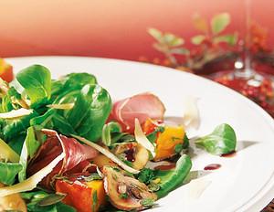 Würziger Feldsalat mit Kürbis und Bauernschinken