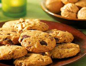 Black und White Chocolate Chip Cookies mit karamellisierten Walnüssen