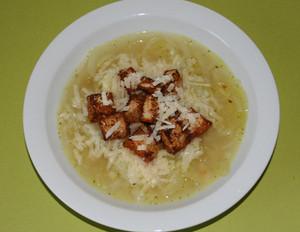 Zwiebelsuppe mit scharfen Croûtons
