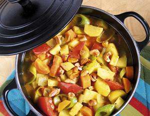 Gemüseschmortopf mit Mandel-Nuss-Mix