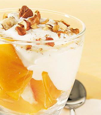 Persimone mit Nuss-Honigjoghurt
