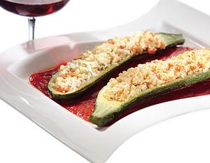Gefüllte Zucchini mit Paprikagemüse