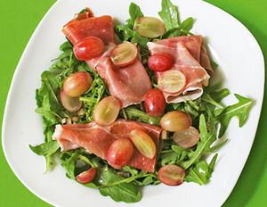 Trauben-Rucola-Salat mit Serrano-Schinken