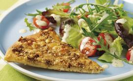 Pizzabrot mit Blattsalat und Pesto-Dressing