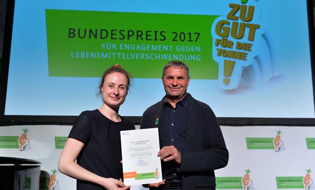Stella Kircher und Thomas Schwab bei der Auszeichung des Bundespreises für Engagement gegen Lebensmittelverschwendung