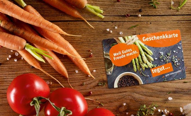 Geschenkkarte Karotten Tomaten Pfeffer Knoblauch Gemüse auf Holz