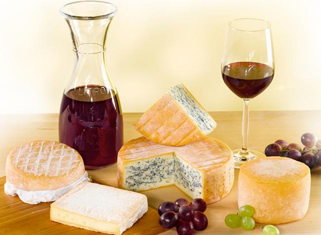 Käse auf Holzbrett mit Weingläsern
