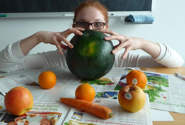 Katharina Blum schaut über Melone weg