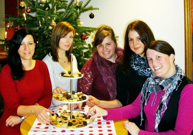 Redakteure der Online-Redaktion vor dem Weihnachtsbaum