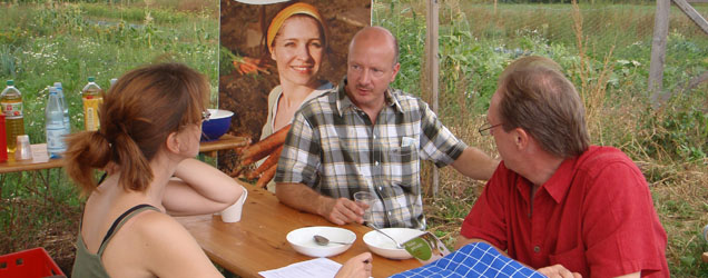 Landwirt und Gärtner sitzen zusammen