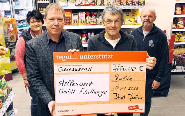 Scheck mit 4000 € von Mitarbeitern gehalten