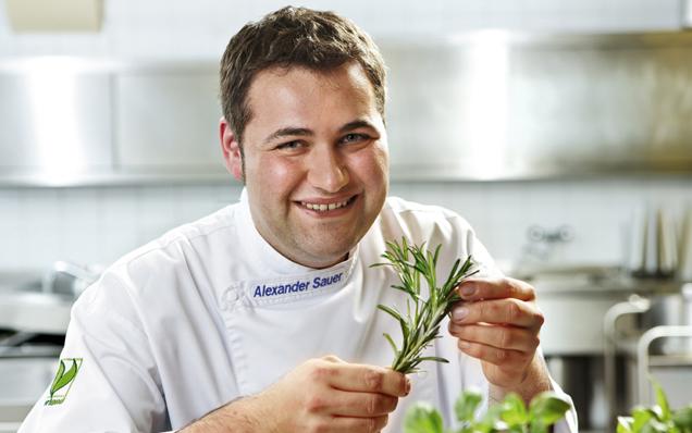 Alexander Sauer, Küchenchef des banketts mit Kräutern in der Hand