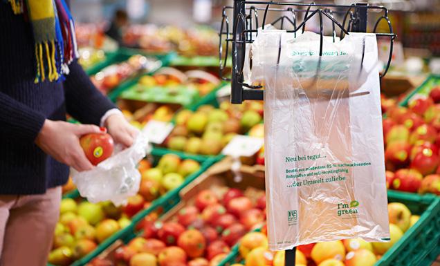 nachhaltige Obst- und Gemüsetüte vor Obstregal
