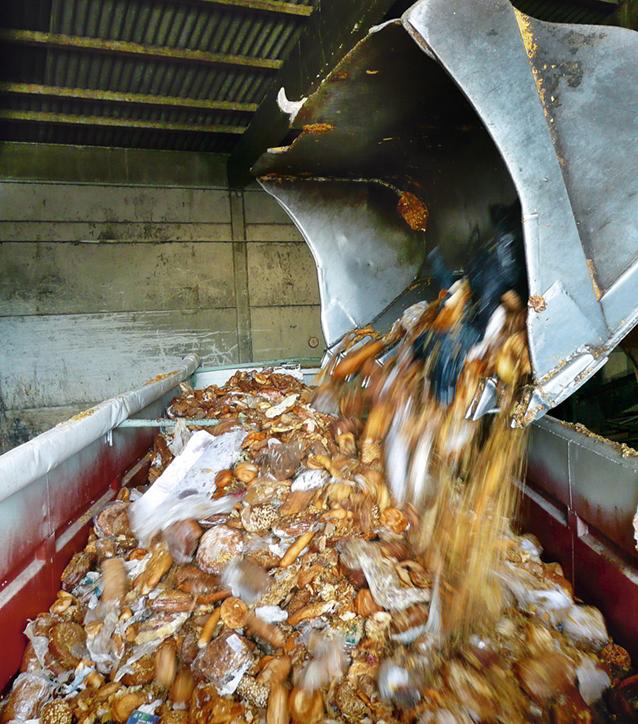 Große Masse an Brot und Backwaren werden in einen Müllcontainer geleert