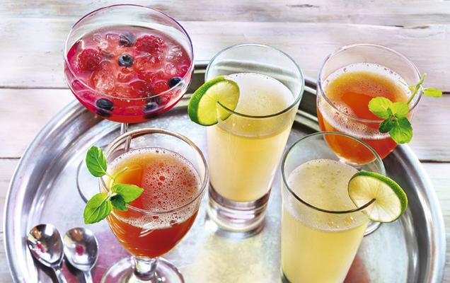 Cocktails auf Tablett