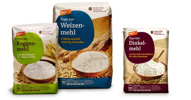 3 offene Mehlpackungen stehen auf Tisch