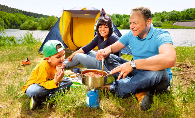 Familie beim Camping am See