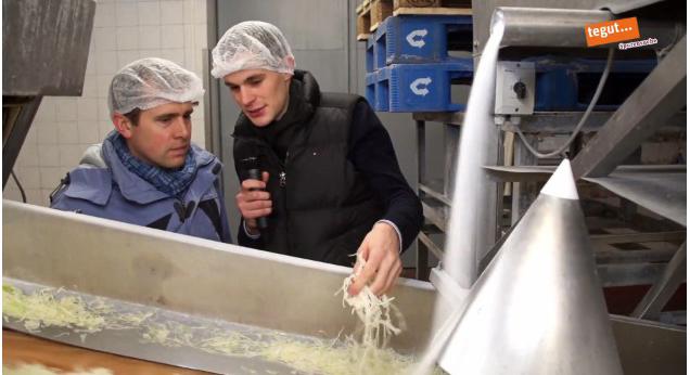 Jeremias Rockel mit Joachim Schweizer bei der Sauerkraut Produktion