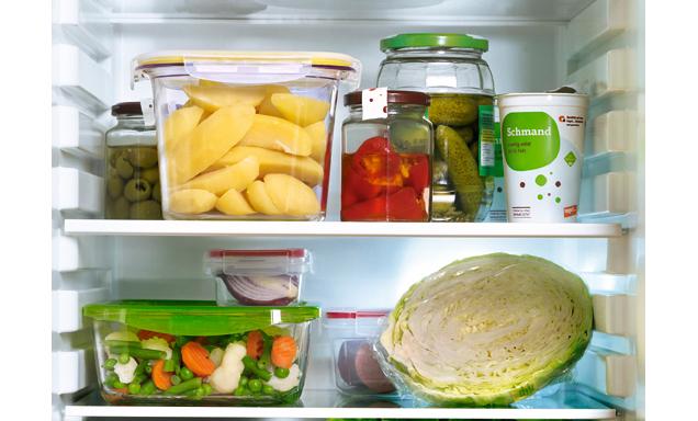 Kühlschrank gefüllt mit Lebensmitteln