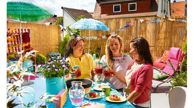 Sommerfrühstück von Bloggerin Julia mit Freundinnen auf einer Terrasse