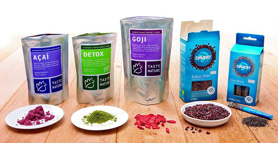 fünf Superfood-Produkte auf einem Holzboden