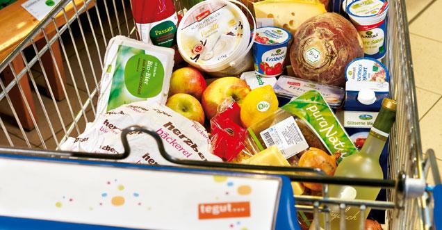 tegut... Einkaufswagen gefüllt mit Bio-Produkten