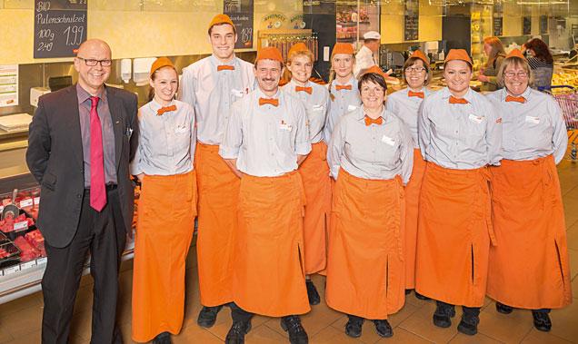 Das Mitarbeiterteam der tegut... Filiale in Bad Hersfeld vor der Fischtheke